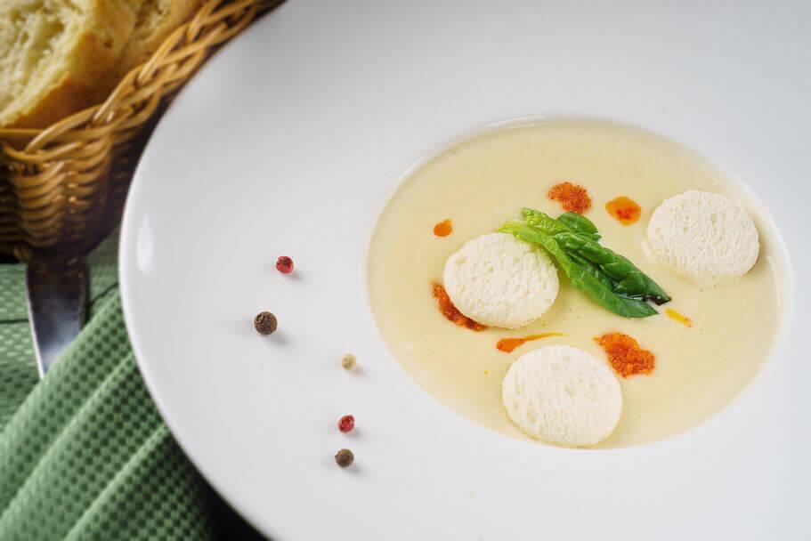 Крем-суп из цветной капусты с маслом из перца чили