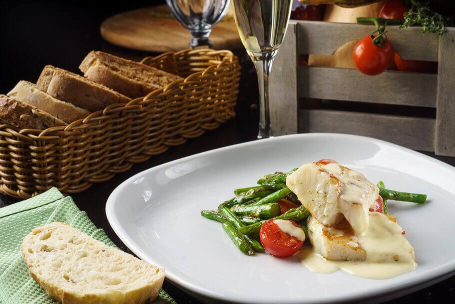 Филе палтуса с овощами и соусом Белое вино